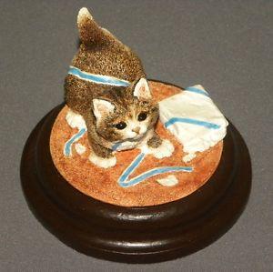 【送料無料】猫 ネコ キャット 置物 アンティークリボン#ウッドベースantique cat playing with ribbon statue sculpture figurine 4034; on wood base