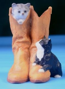 【送料無料】猫 ネコ キャット 置物 ブートペットアウトkittens cats playing in amp; out of shoe boot animal figurine cat kitten pet lover