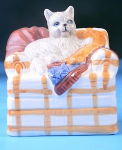 【送料無料】猫 ネコ キャット 置物 コレクションペットcat laying on top of blankets on couch, cat lover collection pets home decor