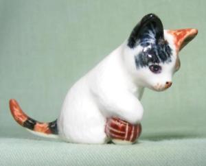 【送料無料】猫 ネコ キャット 置物 ミニチュアブラウンボールklima miniature porcelain brown amp; white cat with ball sitting head straight e771