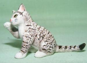 【送料無料】猫 ネコ キャット 置物 ミニチュアアップklima miniature porcelain animal figure tabby cat sitting paw up l171