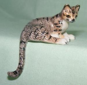 【送料無料】猫 ネコ キャット 置物 ミニチュアklima miniature porcelain animal figure tabby cat sitting tail dangling k057