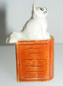 【送料無料】猫 ネコ キャット 置物 ミニチュアブラウンブックklima miniature porcelain animals white cat sitting on brown book k442