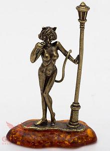【送料無料】猫 ネコ キャット 置物 ironworksolid brass amber figurine of cat woman and a street light ironwork