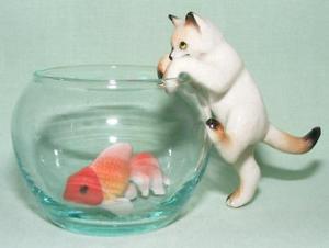 【送料無料】猫 ネコ キャット 置物 ミニチュアアニマシャムボウルklima miniature porcelain anima figure siamese cat climbing fish bowl l992