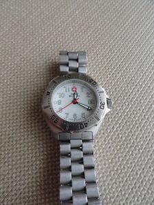 【送料無料】腕時計 ウォッチスイスステンレススチールwomens swiss military stainless steel watch  c910