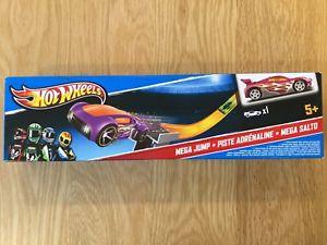 【送料無料】模型車 モデルカー スポーツカー1w5368マテルホットホイールズメガジャンプセット mattel hot wheels mega jump set including 1 car w5368