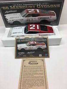 【送料無料】模型車 モデルカー スポーツカーカールヤーボローサインサイクロンダイカストcale yarborough autographed 1968 mercury cyclone 124 diecast legends signed