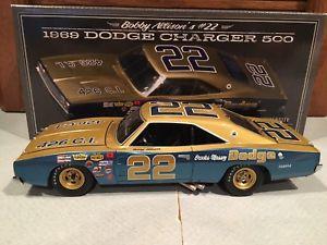 【送料無料】模型車 モデルカー スポーツカーレーシングボビーチャージャーサインautographed university of racing 1969 bobby allison brooksmassey charger 124