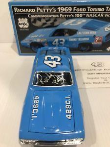 【送料無料】模型車 モデルカー スポーツカーリチャードペティフォードトリノサインrichard petty 1969 ford torino talladega 100th nascar win 124 autographed