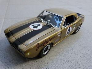 【送料無料】模型車 モデルカー スポーツカーシボレーカマロ#ジョニームーアモデルchevrolet camaro z28 4 johnny moore oro limitado acme coche modelo 118