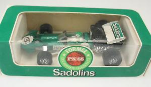【送料無料】模型車 モデルカー スポーツカーコーギーサーティースボックスモデルcorgi toys surtees ts9 f1 sadolins werbemodell in ovp box model 136