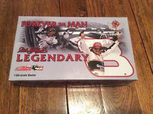 【送料無料】模型車 モデルカー スポーツカーデイルアーンハートホーラ#dale earnhardt sr forever the man hauler 3 goodwrench 2002 souvenir rig 164