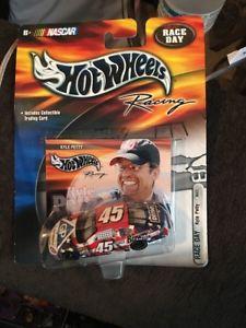 【送料無料】模型車 モデルカー スポーツカーレースカイルペティ2000 hotwheels race day kyle petty