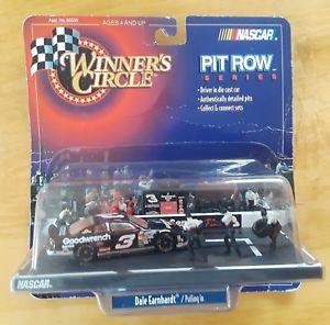 【送料無料】模型車 モデルカー スポーツカーサークルピットローシリーズ#デイルアーンハートスケールnascar winner circle pit row series 3 dale earnhardt pulling in 1999 164 scale