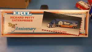 【送料無料】模型車 モデルカー スポーツカーリチャードペティ#ertl richard petty enterprises 35th anniversary july 1112, 1992 43 stp nascar