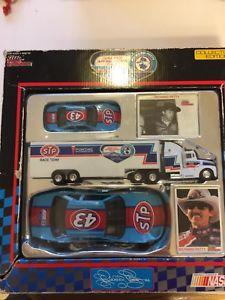 【送料無料】模型車 モデルカー スポーツカーリチャードペティファンツアーコレクターエディションrichard petty 1992 fan aprreciation tour collectors edition 2 cars transporter
