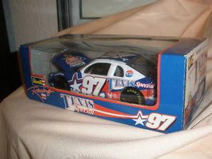 【送料無料】模型車 モデルカー スポーツカーレーステキサススペシャルnascar revell racing texas special 97 interstate batteries 1997 inaugural car