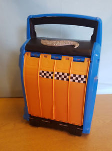 【送料無料】模型車 モデルカー スポーツカーホットホイールストレージレーシングストアレースhot wheels 2 in 1 storage amp; racing case hold 20 cars store and race by mattel