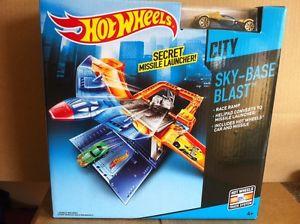 【送料無料】模型車 モデルカー スポーツカーホットホイールセットhot wheels skybase blast play set includes 1 vehicle combined postage