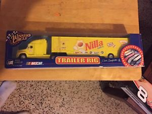 【送料無料】模型車 モデルカー スポーツカーデイルアーンハートジュニアウェハートレーラリグトイレdale earnhardt jr nilla wafers trailer rig wc 2002 mip