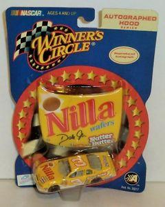 【送料無料】模型車 モデルカー スポーツカーデイルアーンハート#ウェーハサークルサインフードシリーズdale earnhardt 3 nilla wafers 2001 164 winner circle autographed hood series