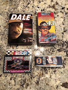 【送料無料】模型車 モデルカー スポーツカーロットビンテージカードnascar lot tshirt car vhs dvds cards in tin lot vintage rare b2