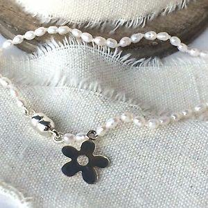 【送料無料】ブレスレット アクセサリ― シードパールスターリングシルバーブレスレットクラスプseed pearl and sterling silver bracelet with magnetic clasp and flower charm