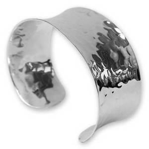 【送料無料】ブレスレット アクセサリ― ハンドメイドシルバーカフsilver cuff in hammered sterling silver handmade in uk gift boxed