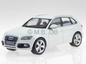 【送料無料】模型車 モデルカー スポーツカー アウディホワイトモデルカーaudi q5 pa weiss modellauto 450756000 schuco 143