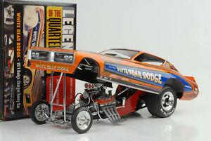 【送料無料】模型車 モデルカー スポーツカー クマ1971 dodge charger white bear quarter dragster funny car 118 auto world ertl