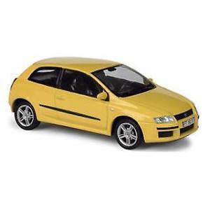 【送料無料】模型車 モデルカー スポーツカー フィアットfiat stilo 2002 norev giallo 143
