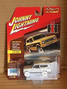 【送料無料】模型車 モデルカー スポーツカー ァージョニークラシックゴールドスカウトバージョンneues angebotjohnny white lightning 2017 classic gold 1979 international scout ii version a