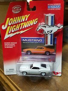 【送料無料】模型車 モデルカー スポーツカー ジョニーマスタングシェルビークーペホワイトjohnny lightning mustang 1969 shelby gt500 coupe white