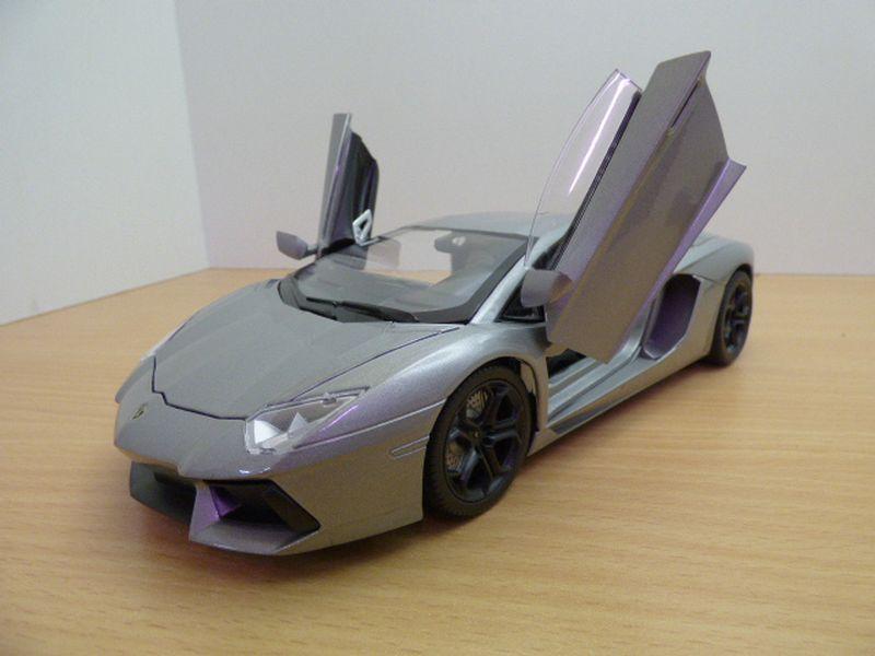 【送料無料】模型車 モデルカー スポーツカー ランボルギーニlamborghini aventador lp7004 gris jantes noires 118