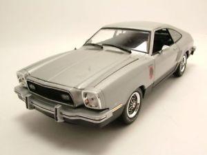 【送料無料】模型車 モデルカー スポーツカー フォードムスタングシルバーモデルカーグッズford mustang 2 stallion 1976 silber, modellauto 118 greenlight collectibles