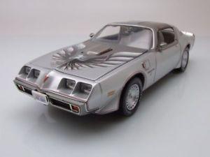 【送料無料】模型車 モデルカー スポーツカー ポンティアックトランスジョーダートモデルカーグリーンライトpontiac firebird trans am 1979 joe dirt silber, modellauto 118 greenlight