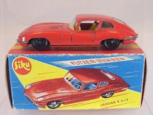 【送料無料】模型車 モデルカー スポーツカー レーサージャガーレッドボックスsiku flitzer v 294 jaguar e 22 rot in obox 1068