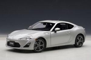 【送料無料】模型車 モデルカー スポーツカー neues angebotscion frs lhd 2012 silver met 118 autoart
