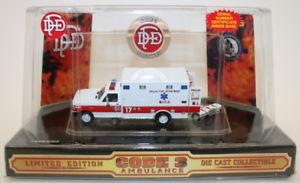 【送料無料】模型車 モデルカー スポーツカー コードスケールモデルダラスcode 3 classics 164 scale model 12102 dallas fire department ambulance