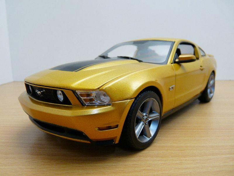 【送料無料】模型車 モデルカー スポーツカー フォードムスタングサンセットノワールマットford mustang gt 2010 jaune sunset capot noir mat 118