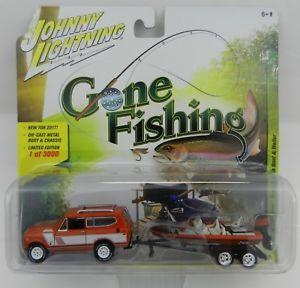 【送料無料】模型車 モデルカー スポーツカー ジョニースカウトボートニップjohnny lightning gone fishing 4b persimmon 1979 international scout wboat nip