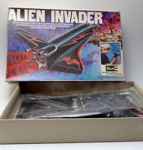 【送料無料】模型車 モデルカー スポーツカー エイリアンキットスケールオリジナルシャトルrevell kit 1144 spaziale 1979 originale shuttle alien invaders raro