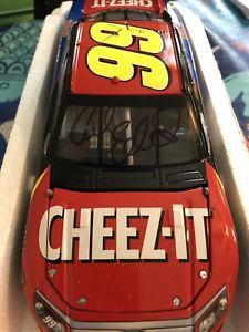 【送料無料】模型車 モデルカー スポーツカー カールエドワーズ#サイン2012 carl edwards 99 cheezit 124 autographed