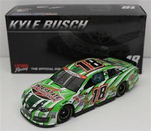 【送料無料】模型車 モデルカー スポーツカー カイルブッシュ#バッテリーセンターカーバッテリーnascar 2014 kyle busch 18 interstate battery all battery center 124 car