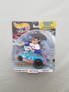 【送料無料】模型車 モデルカー スポーツカー ホットホイールレーシングリチャードペティダイカスト#hot wheels racing 143 radical rides richard petty 43 stp nascar diecast