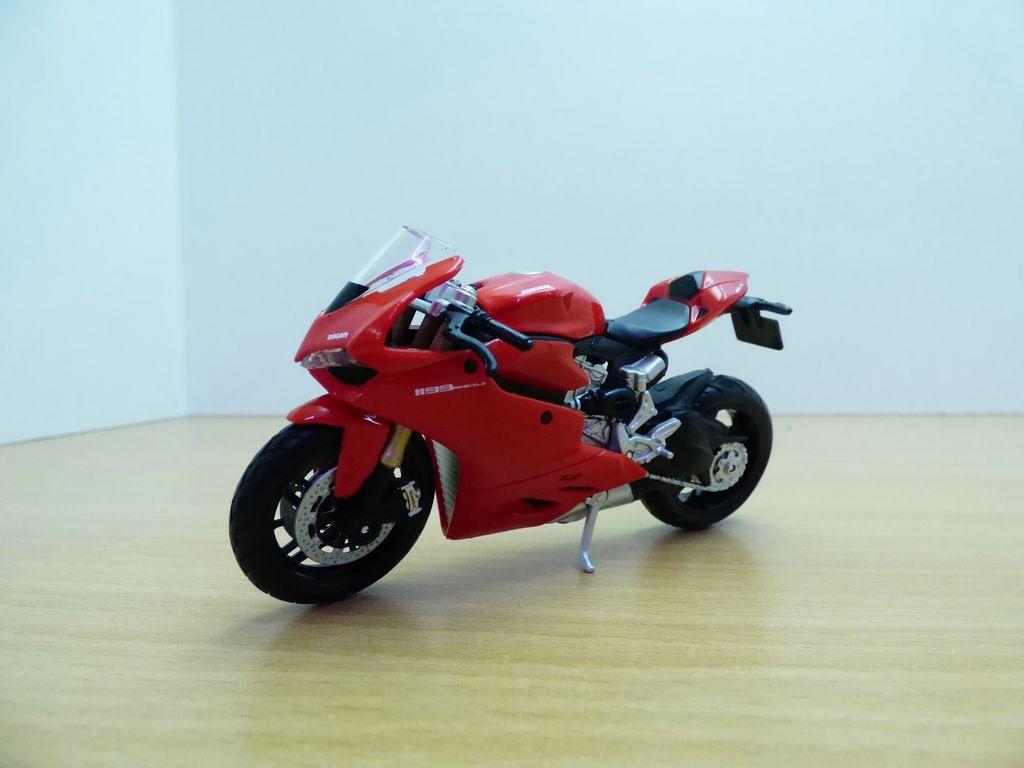 【送料無料】模型車 モデルカー スポーツカー moto ducati 1199 panigale rouge 118
