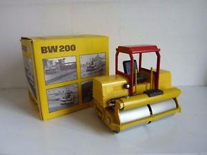 【送料無料】模型車 モデルカー スポーツカー ビジネススクーターgescha 2950 bomag bw 200 compacteur rouleau compresseur roller 124 w germ boite