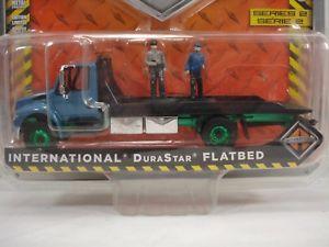 【送料無料】模型車 モデルカー スポーツカー ライトデュラマシンgreenlight international durastar flatbed green machine with 2 figures included