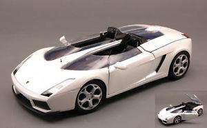 【送料無料】模型車 モデルカー スポーツカー ランボルギーニモデルヒートlamborghini concept s 2005 white 124 model motormax